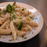 Penne ao molho branco com frango e brócolis